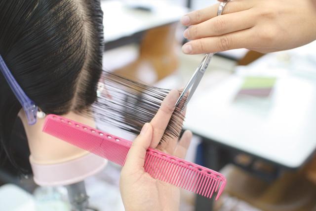 資格の取得を目指すなら美容師国家資格が取得できる【ヴェールルージュ美容専門学校】まで