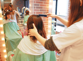 美容専門学校での取り組み「サロンワーク実習」の様子