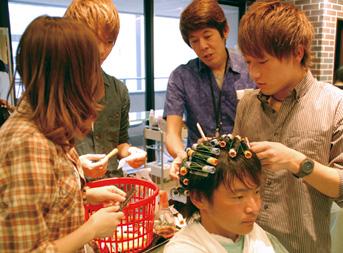 大阪の【ヴェールルージュ美容専門学校】が行うモニターサロン実習の風景